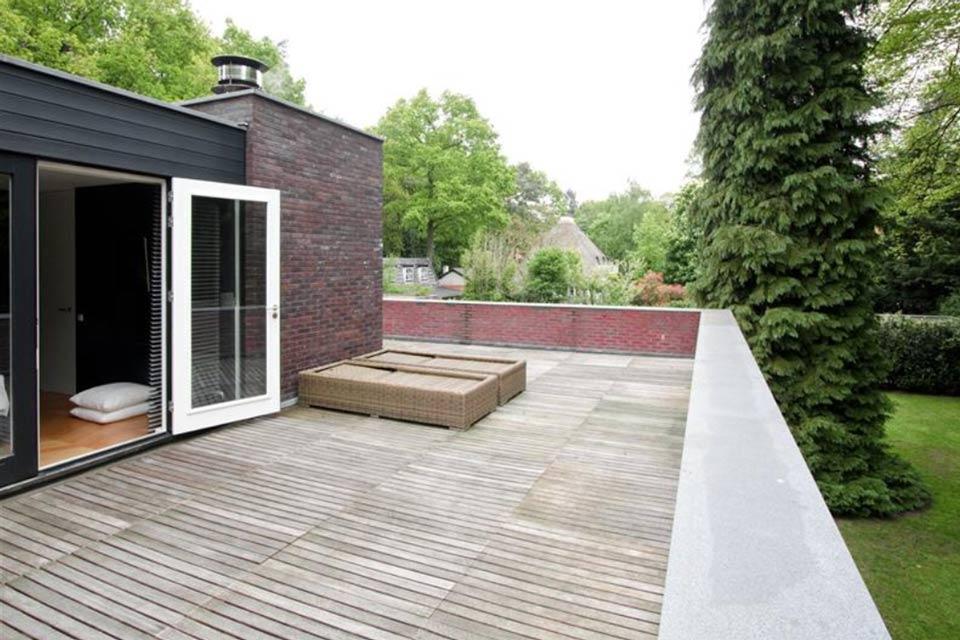 dakterras moderne villa laten bouwen door aannemersbedrijf wielink