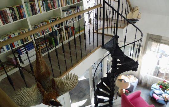 draaiende metalen trap in villa