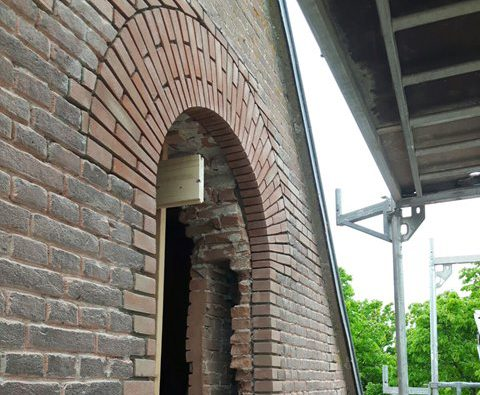 Restauratie gevel van bedrijfsgebouw kerk aannemersbedrijf Wielink