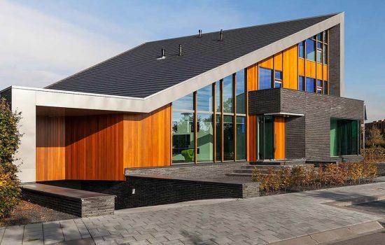 bouw moderne villa met lessenaarsdak met kelder