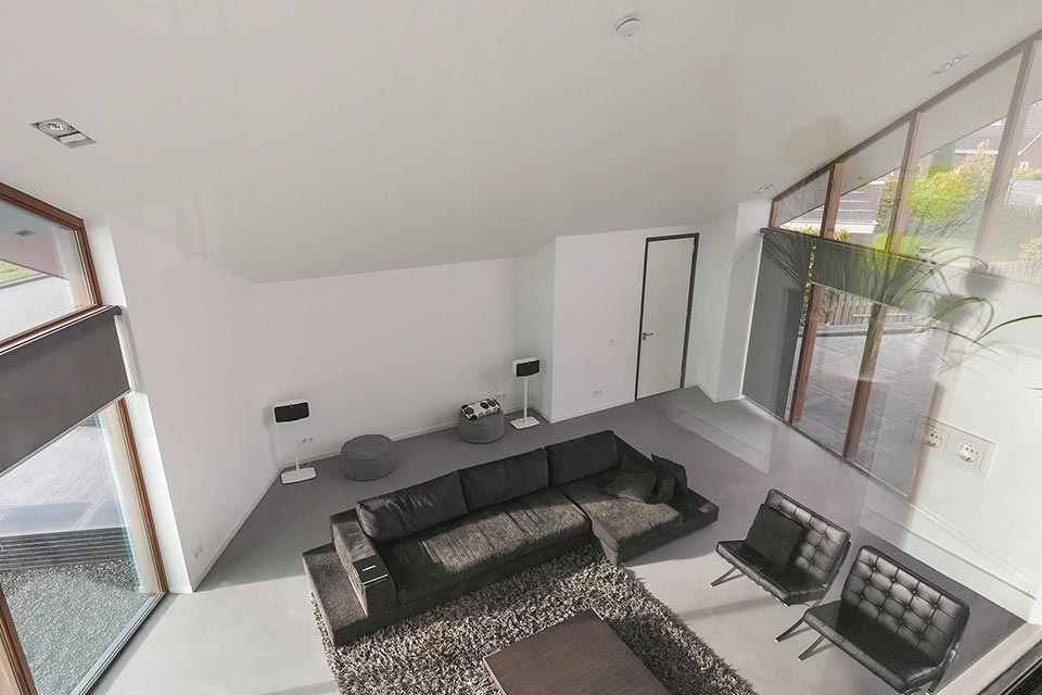bouw moderne villa met lessenaarsdak interieur