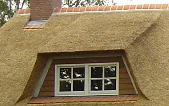 detail dakkapel van rietgedekte vila door aannemersbedrijf Wielink