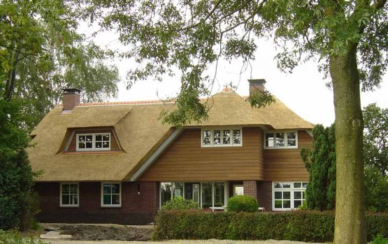 rietgedekte villa laten bouwen door aannemersbedrijf Wielink