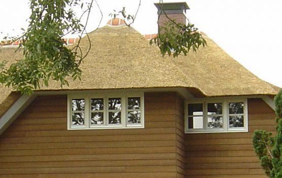 details van rietgedekte vila door aannemersbedrijf Wielink