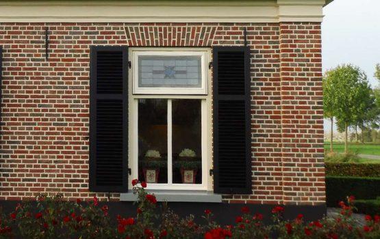 landelijke woning met raamluiken