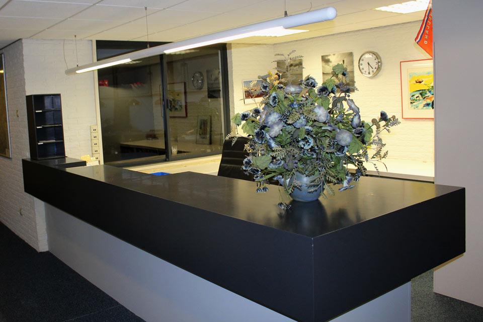 Balie van kantoor gemaakt door aannemersbedrijf Wielink
