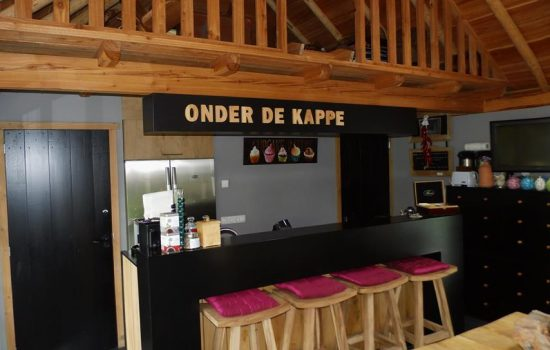 Sfeervolle houten bar in B&B gebouwd door aannemersbedrijf Wielink