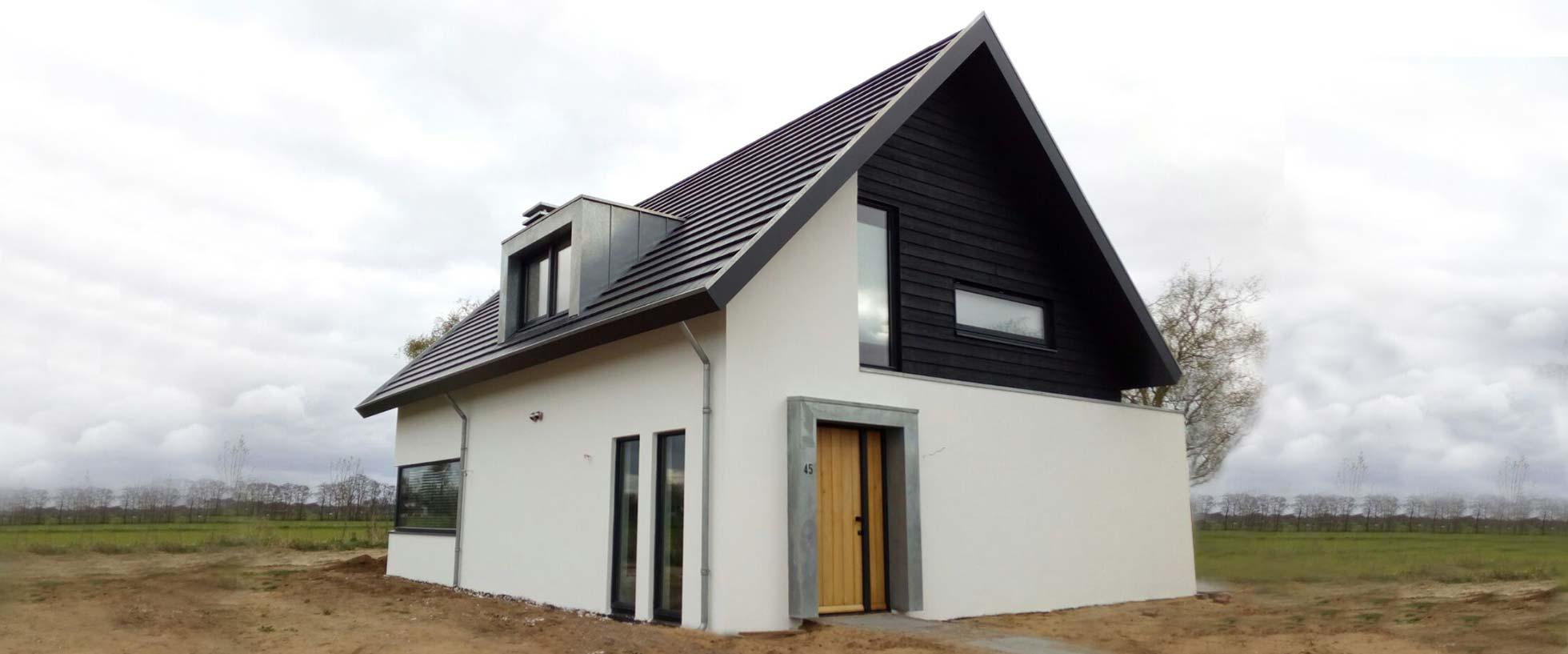 wit gestucte woning laten bouwen door aannemersbedrijf Wielink