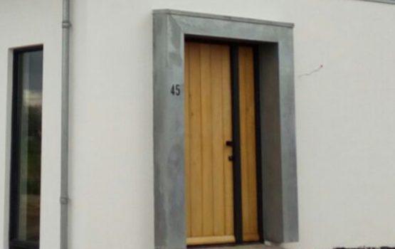 woning met zink om voordeur