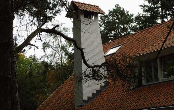 bouw van moderne villa in ermelo / hoge witte schoorsteen