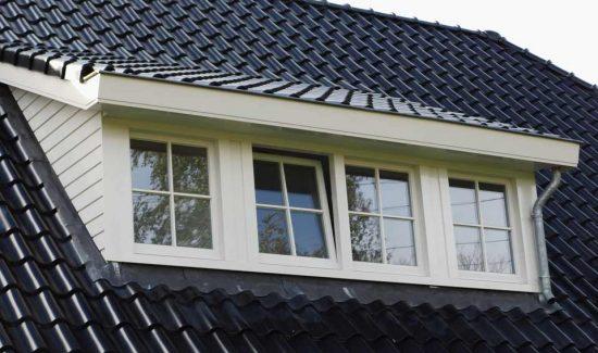 grote dakkapel op landelijke woning met wolfskap / wolfseinden