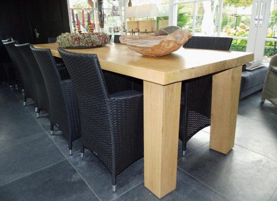 grote eiken houten tafel in B&B gemaakte door aannemersbedrijf Wielink