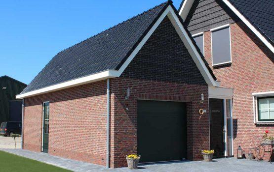 Stenen garage gebouwd in Kamperveen *(gemeente Kampen) door aannemersbedrijf Wielink uit Doornspijk