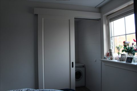 de woning is voorzien van verschillende schuifdeuren