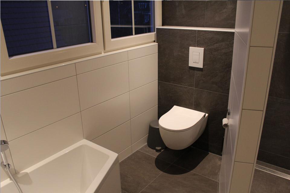 badkamer met grijze tegels