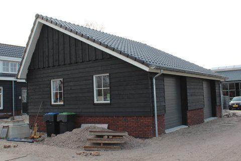 Deze kapschuur is gebouwd door aannemersbedrijf Wielink en heeft aan de achterzijde sectionaaldeuren