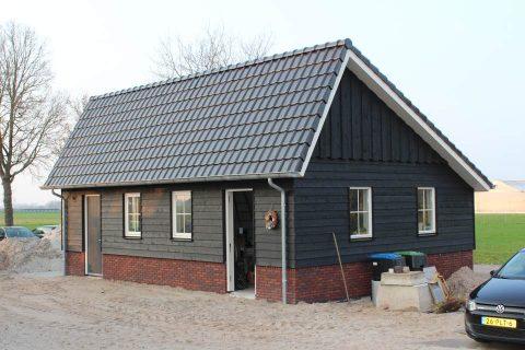 deze landelijke kapschuur is gebouwd door aannemersbedrijf Wielink bij een woning in Oldebroek