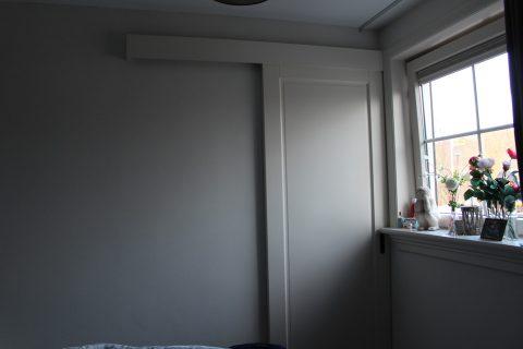 Luxe-schuifdeur-die-toegang-naar-badkamer