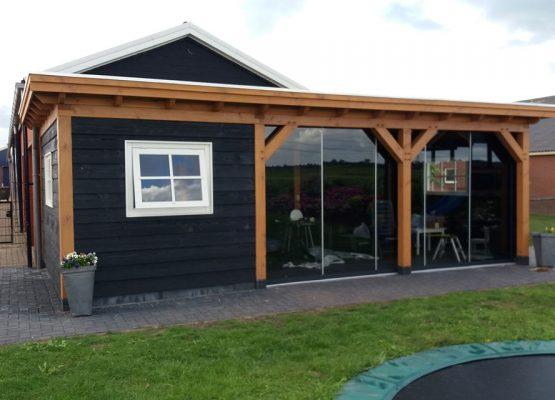 Een douglas buitenverblijf laten bouwen? Een tuinhuis met overkapping platdak op maat gemaakt