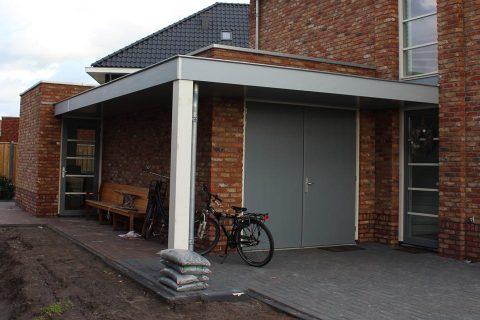woning met een garage en een kantoorruimte