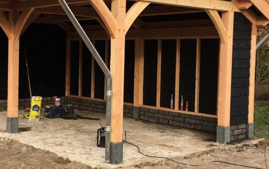 Betonvloer aannemersbedrijf Wielink met borstwering eiken kapschuur