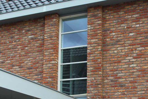 veel-lichtinval-in-gang-van-woning-door-groot-raam