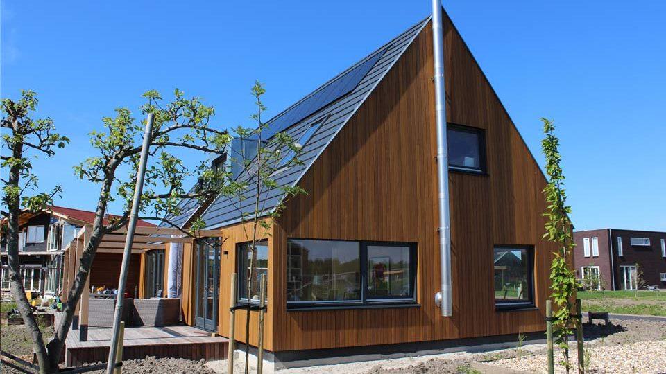 bouw van een moderne houtskeletbouw woning met western red cedar gevelbekleding, gebouwd op oosterwold in almere-hout