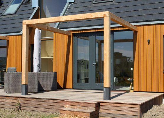 bouw van een moderne houtskeletbouw woning met pergola op oosterwold in almere-hout