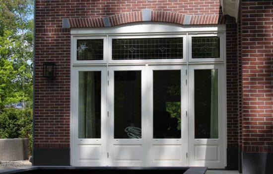 Getoogde kozijnen met glas in lood ramen bij Herenhuis in Ermelo, gebouwd door aannemersbedrijf Wielink
