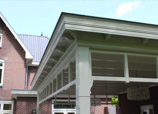 Klassieke houten aanbouw veranda overkapping - Exclusieve houtbouw van Aannemersbedrijf Wielink