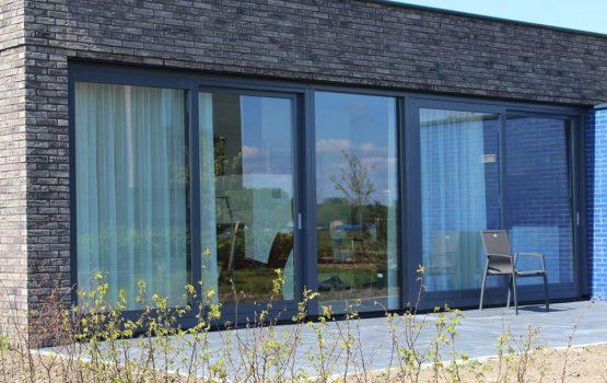 Grote glazen schuifpui in moderne kubus woning op Oosterwold in almere