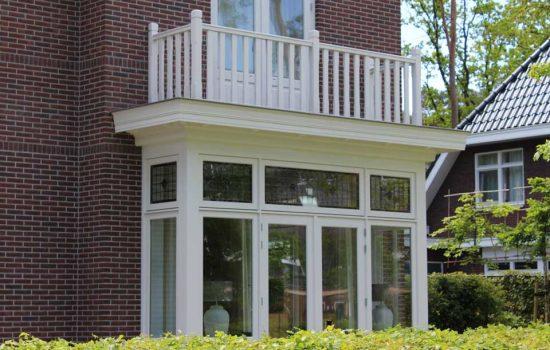 houten balustrade op balkon herenhuis in ermelo