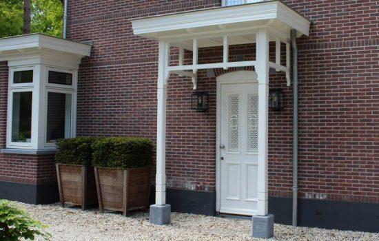 klassieke houten voordeur luifel