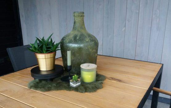 inrichting van houten tuin overkapping zwart met eiken tafel