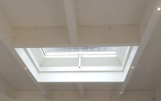 Houten veranda met lichtstraat of lichtkoepel en led verlichting