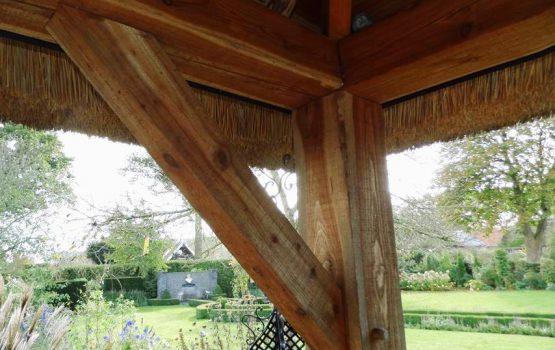 houten bijgebouw - eiken bijgebouw met riet / rieten dak- douglas bijgebouw - houtbouw wielink - geïsoleerd bijgebouw - met riet