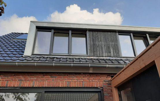 Dakkapel met zink en zwart hout bij bouw woning in doornspijk elburg