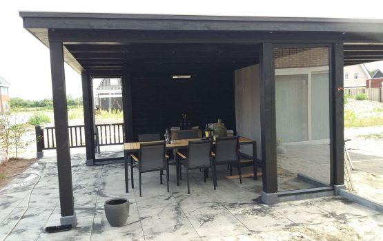 bouw van zwarte douglas overkapping met eiken dakplanken en led verlichting - aannemersbedrijf Wielink