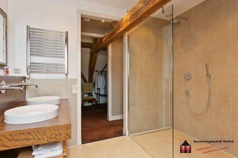 badkamer met oude houten gebinten - aannemersbedrijf Wielink (1)