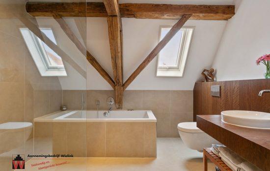 badkamer met oude houten gebinten - aannemersbedrijf Wielink (2)