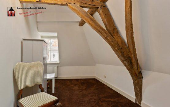 restauratie oud gebouw door aannemersbedrijf Wielink met oude houten gebinten in Harderwijk