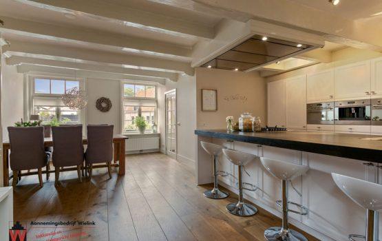 woonkeuken met oude houten gebinten - restauratie oud gebouw in harderwijk aannemersbedrijf wielink (1)