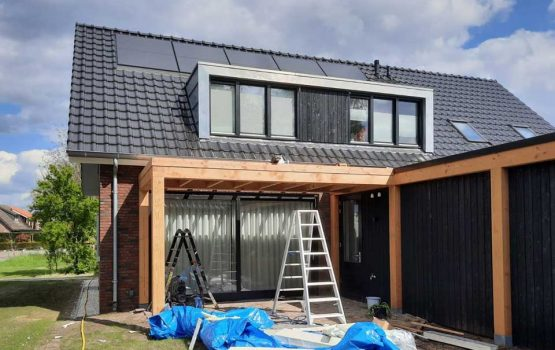 Overkapping aan woning in Elburg/doornspijk - aanbouw veranda douglas hout - Wielink houtbouw