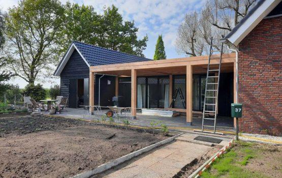 Overkapping aan woning - aanbouw veranda douglas hout - Wielink houtbouw